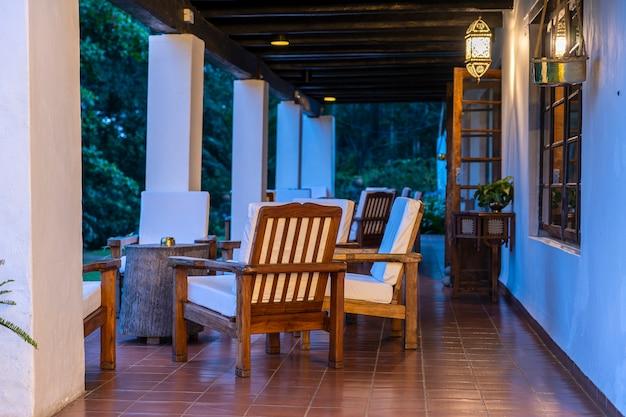 Sedie comode sulla terrazza vuota di sera, tanzania, africa