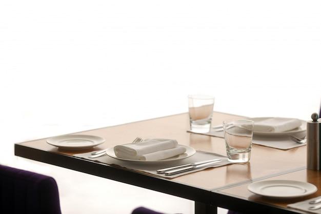 Sedie e tavolo pronti per servire il pasto