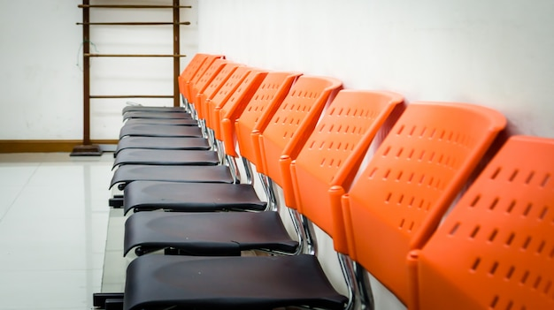 Sedie pubbliche in sala d'attesa