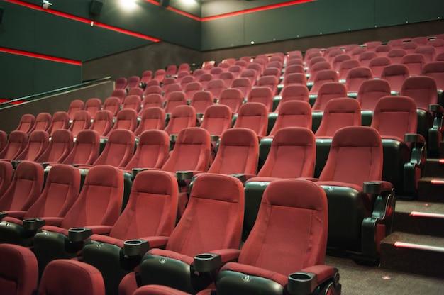 Sedie vuote in un cinema con uno schermo vuoto