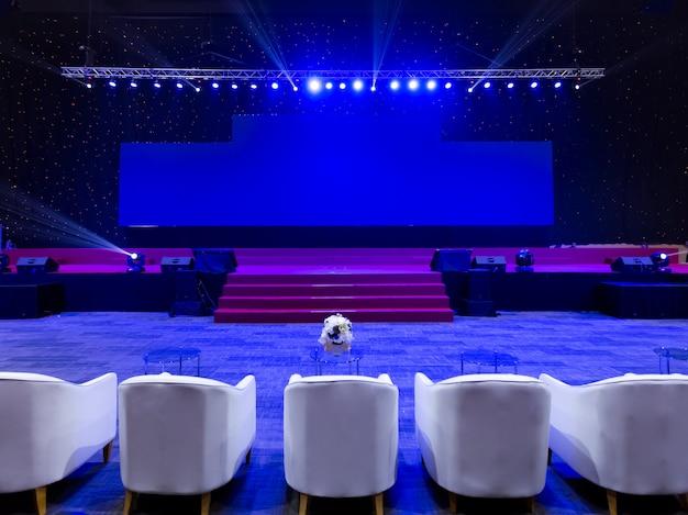 Sedie vuote per il pubblico nella sala conferenze o seminario di riunione, affari e concetto di educazione