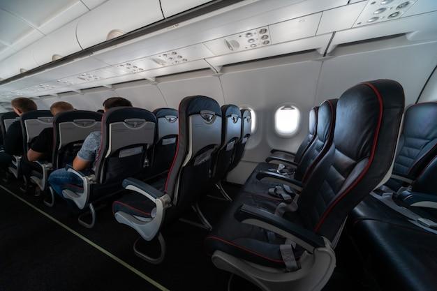 Sedili cabina dell'aeroplano con passeggeri.