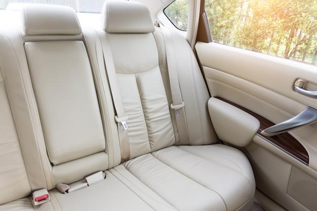 Sedili passeggeri posteriori in auto di lusso moderno