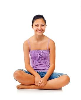 Seduta adolescente mentre si rallegra con le braccia alzate.