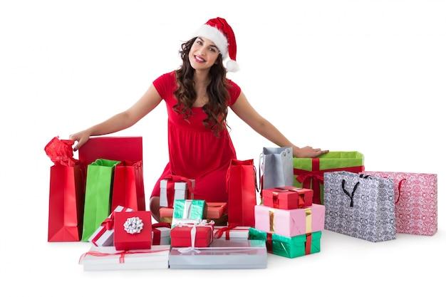 Seduta castana festiva con molti sacchetti e regali di acquisto