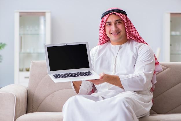 Seduta di lavoro dell'uomo d'affari arabo allo strato