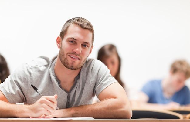 Seduta sorridente dello studente