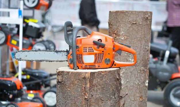 Sega a catena sul tronco