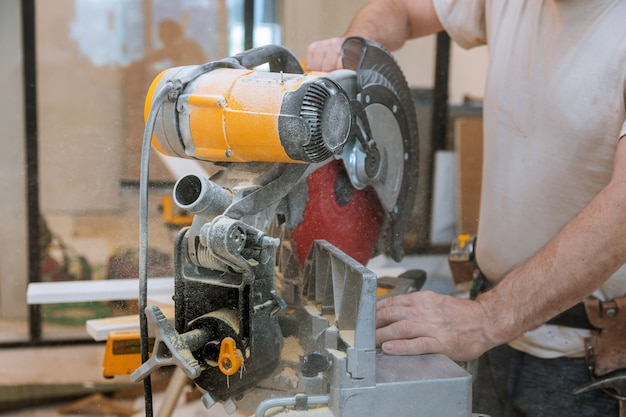 Sega circolare che taglia nuovo battiscopa per ristrutturazione casa