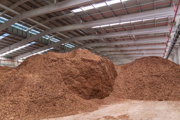 Segatura nella casa di stoccaggio per la centrale elettrica a biomassa