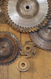 Seghe circolari di vari diametri appese al ripiano di carpenteria