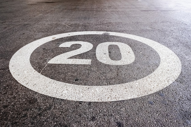 Segna a terra alla massima velocità a 20 miglia all'ora sul terreno di una strada residenziale.