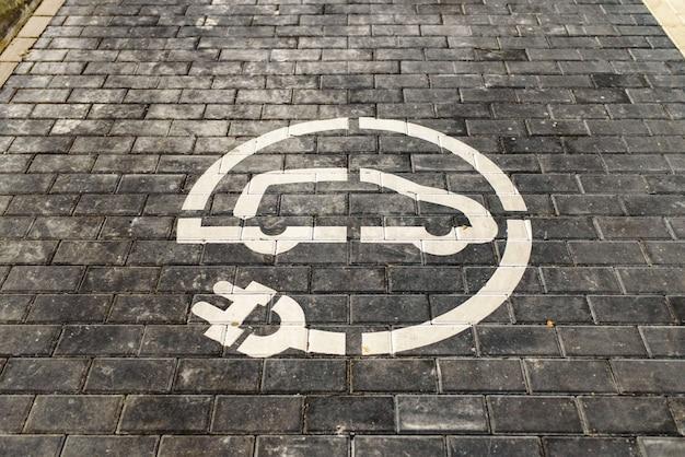 Segnale della stazione di ricarica per veicoli elettrici verniciati a terra.