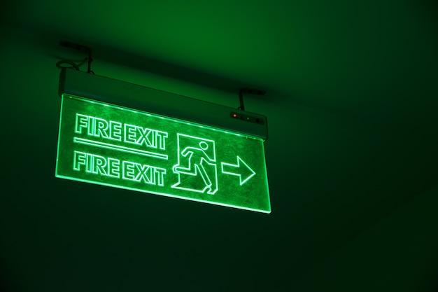 Segnale di uscita luce verde. emergenza via d'uscita cantare nell'edificio