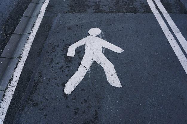 Segnale pedonale in strada