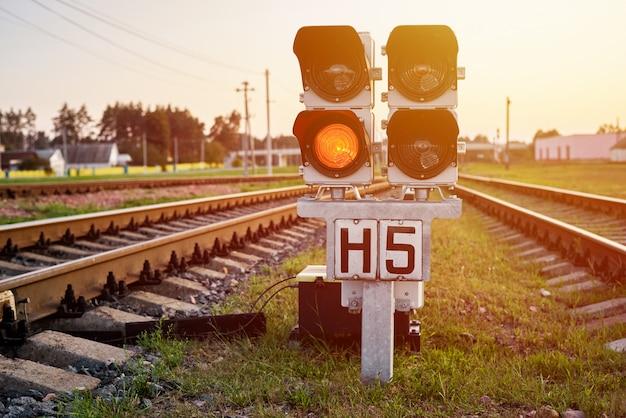 Segnale rosso dello spettacolo del semaforo su una ferrovia