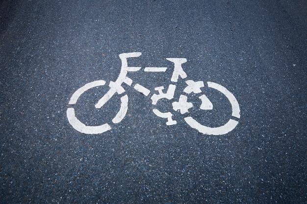 Segnale stradale della bicicletta sulla strada.