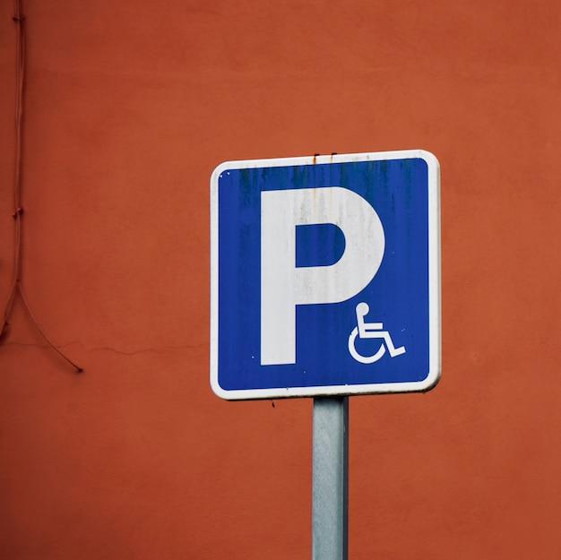 Segnale stradale della sedia a rotelle in strada
