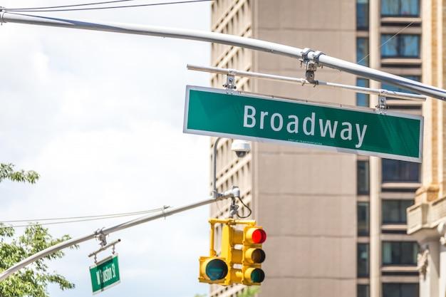 Segnale stradale di broadway a new york city usa