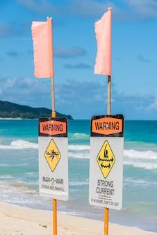 Segnali di avvertimento sulla spiaggia