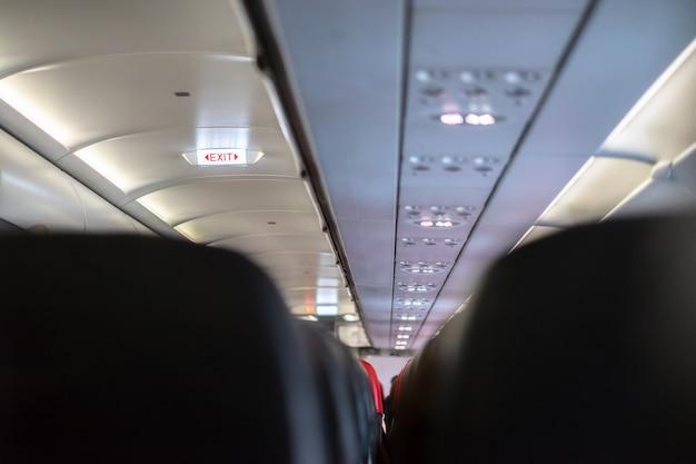 Segnali di uscita di emergenza sull'aeroplano.