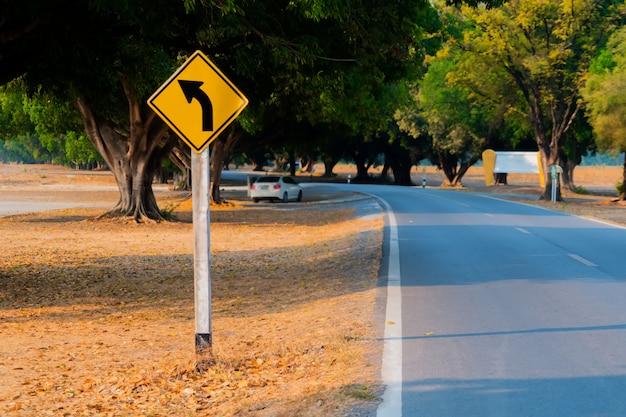 Segnali stradali sulla strada.