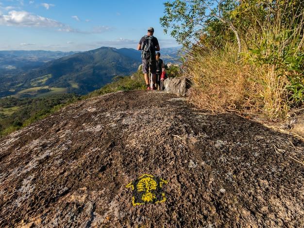 Segnavia nella lunga escursione di transmantiqueira in brasile