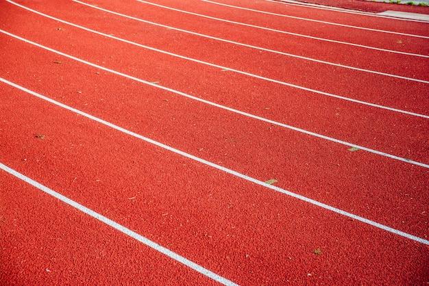 Segni delle linee rosse della pista corrente dello stadio di atletismo.