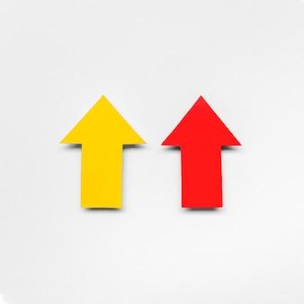 Segni di freccia rossa e gialla