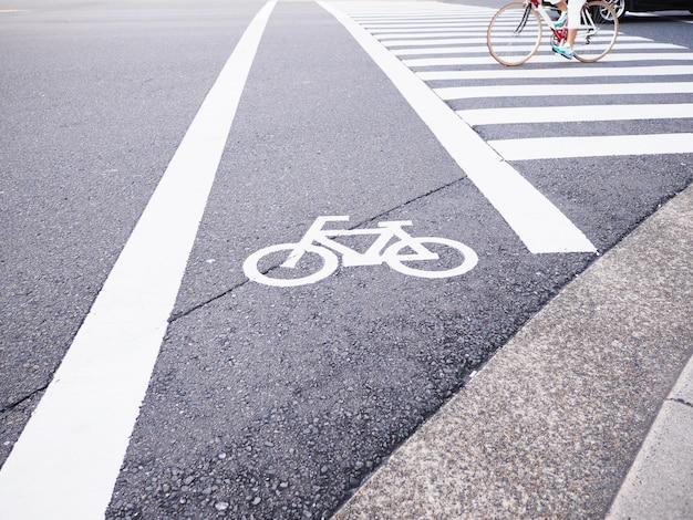Segno bianco della bicicletta sulla via nel giappone.