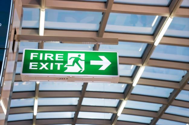 Segno dell'uscita di sicurezza all'aeroporto