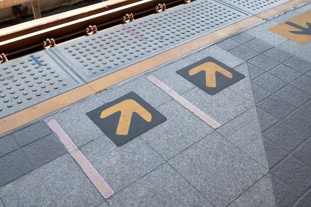 Segno della freccia alla stazione ferroviaria elettrica