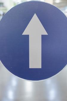 Segno della freccia di traffico a senso unico all'aperto