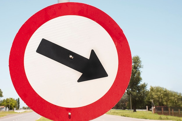 Segno della freccia di traffico all'aperto nella via
