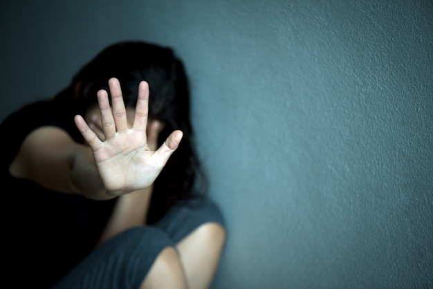 Segno della mano della donna per l'arresto che abusa della violenza, concetto di giorno di diritti umani