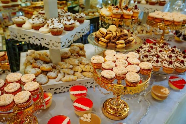 Segno di dolci fatti a mano in legno in piedi nel mezzo del tavolo.