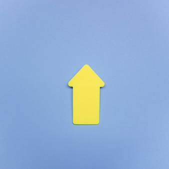 Segno di freccia gialla copia-spazio