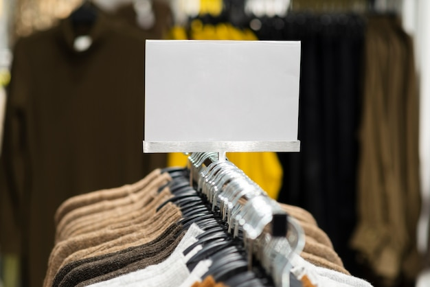 Segno di prezzo del negozio di abbigliamento mock up
