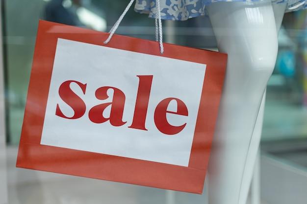 Segno di vendita sulla vetrina di un negozio