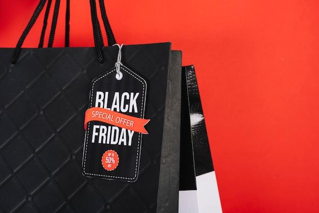 Segno di venerdì nero del primo piano sul sacchetto della spesa