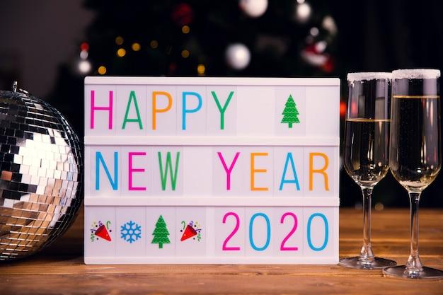 Segno di vista frontale con messaggio di felice anno nuovo
