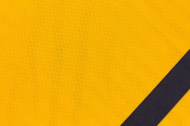 Segno giallo alto astratto e vicino