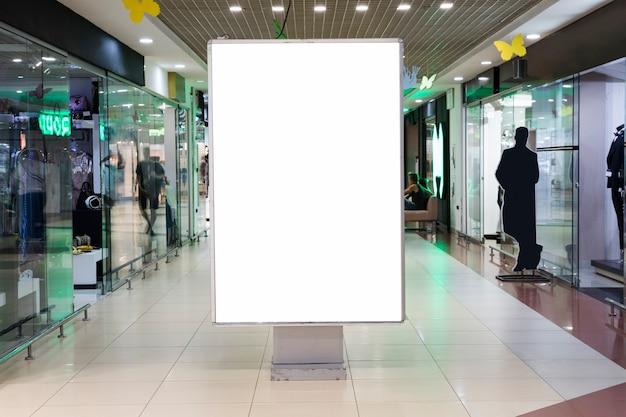 Segno in bianco mock up nel centro commerciale