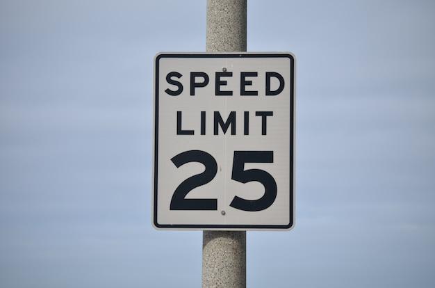 Segno limite di velocità di 25 miglia all'ora