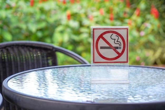 Segno non fumatori in un bar e nel parco