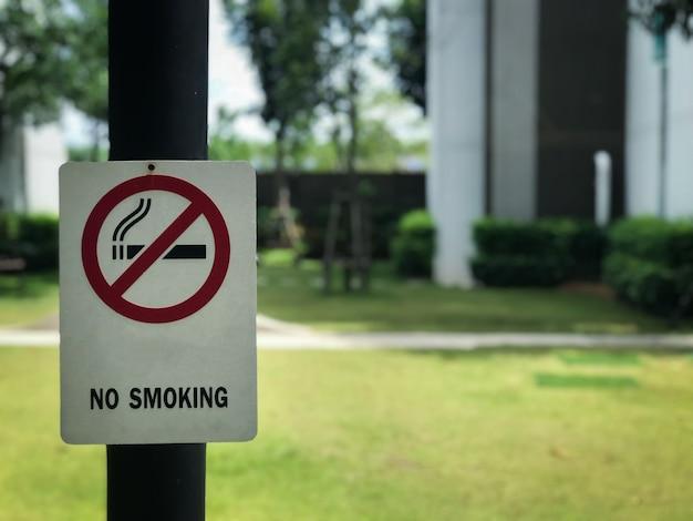 Segno non fumatori nel parco.