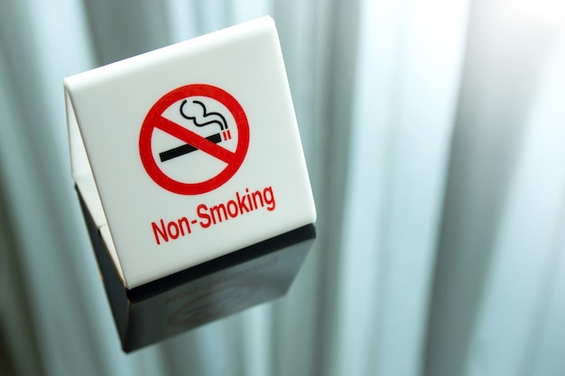 Segno non fumatori sul tavolo della camera da letto