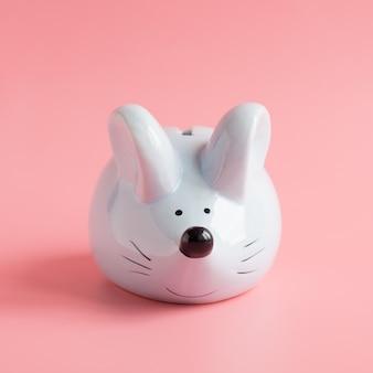 Segno zodiacale cinese anno del ratto. piccolo ratto come salvadanaio sul rosa. simbolo del 2020 con copyspace. felice anno nuovo 2020 anni.