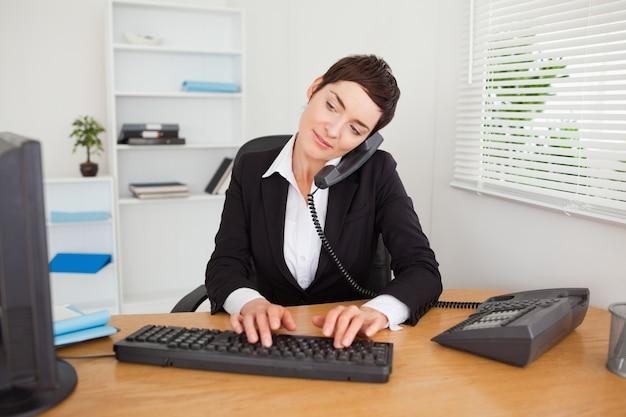 Segretaria attiva che risponde al telefono
