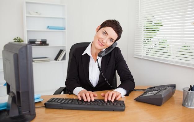 Segretaria professionale che risponde al telefono